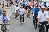 Rosa Adriana Díaz y Ernesto Cordero hacen campaña en bicicleta y a pie